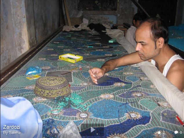 Перед вышивкой ткань расягивают на
