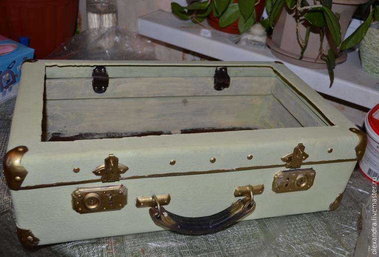 Старый чемоданчик превращается... в оригинальную полку, фото № 5
