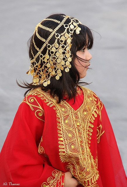 Bahrain | Traditional clothes with gold © Ali Thamer