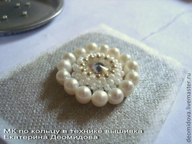 Во круг жемчужного кольца вышиваем еще ряд из бисера, чередуя два вида бисера.
