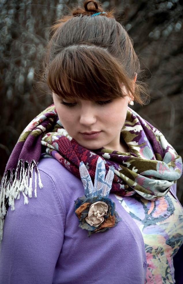 Необычные броши с перьями: Алый рок и Роковая весна.