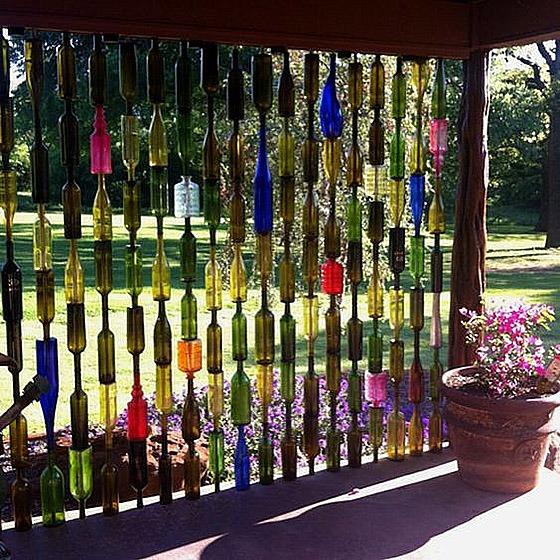 Из стеклянных бутылок поделки на даче своими руками