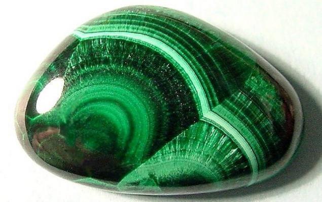 Зеленый драгоценный камень фото