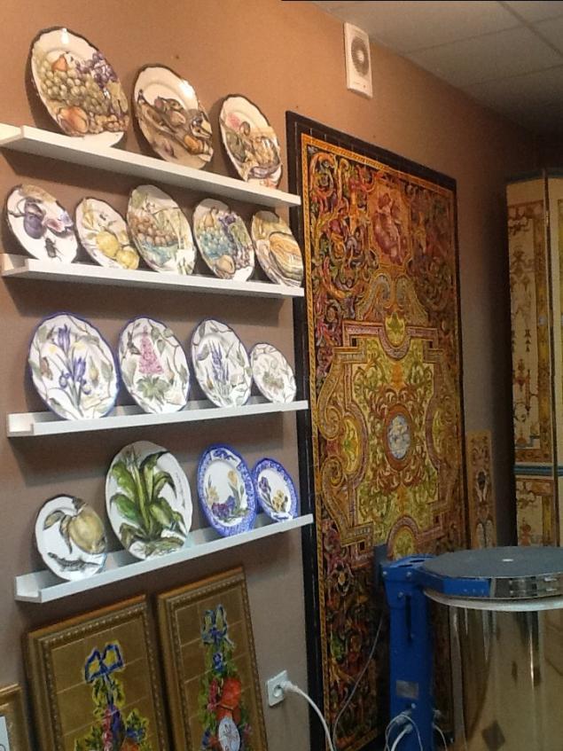 мастерская, полки для тарелок, работа в мастерской, роспись тарелок, фарфор, полки в мастерскую, даминова флёра