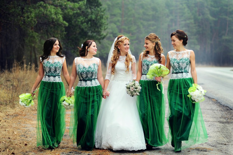 Зеленое платья на свадьбу к подруге