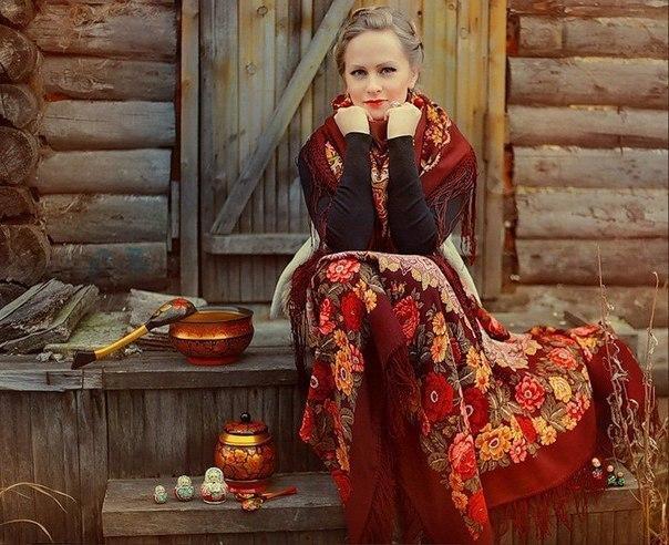 Сидящая девушка в длинной юбке