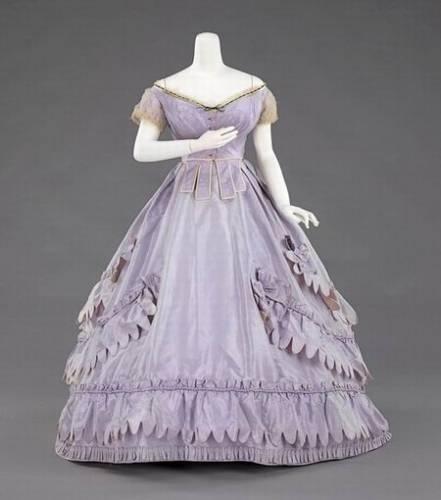 Как называется женское платье с кринолином