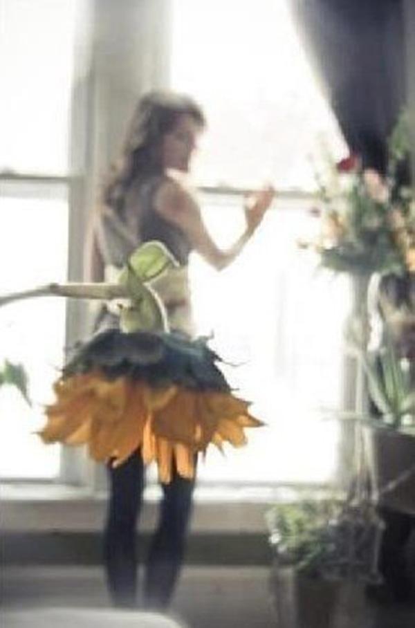 Цветок вместо юбки на девушке фото