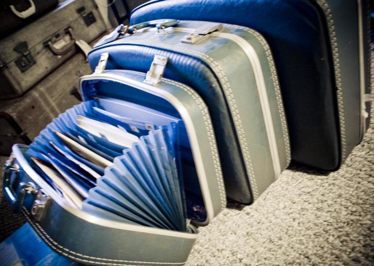 Новая жизнь старого чемодана: постель для питомца, столик, диванчик и другие необычные варианты использования: публикации и мастер-классы – Ярмарка Мастеров