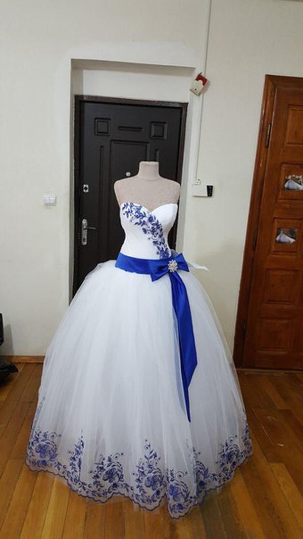 Белое платье с синей вышивкой