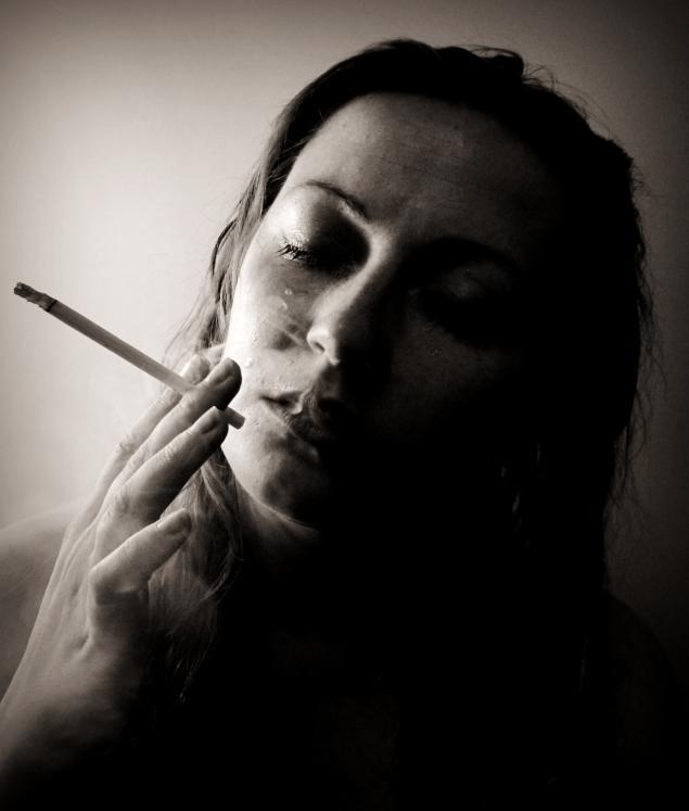 сигарета, черно-белая фотография