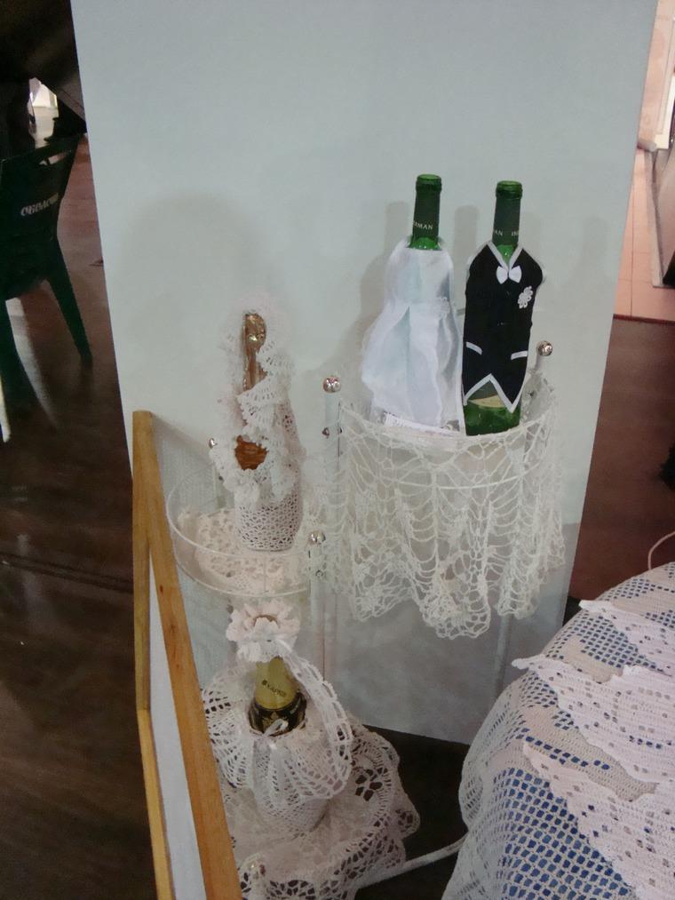 свадебный стол, вязаные аксессуары, чехол на бутылку