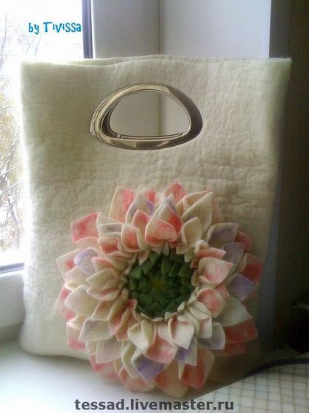 Обычно мокрое валяние используется при изготовлении цельноваляных цветов.