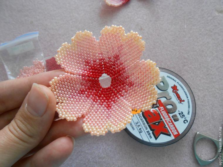 How to Make a Small Flower out of Beads, фото № 36