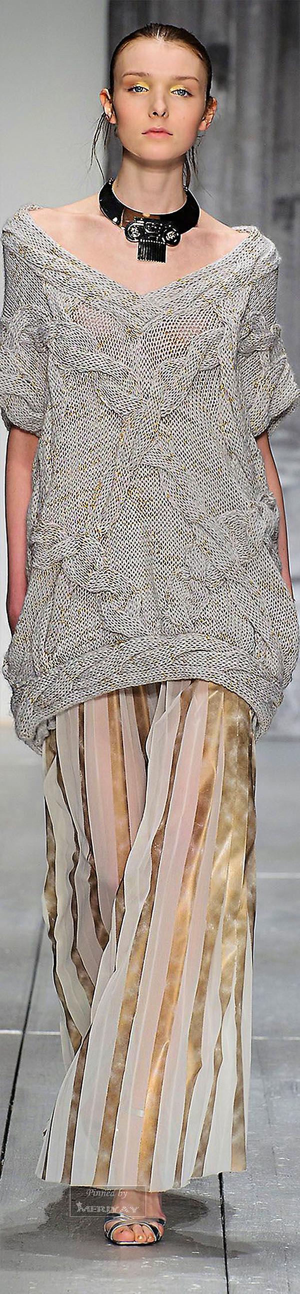Тёплые фантазии вязаной моды  55 экстравагантных и эффектных нарядов ... fbd59c3e9de3c