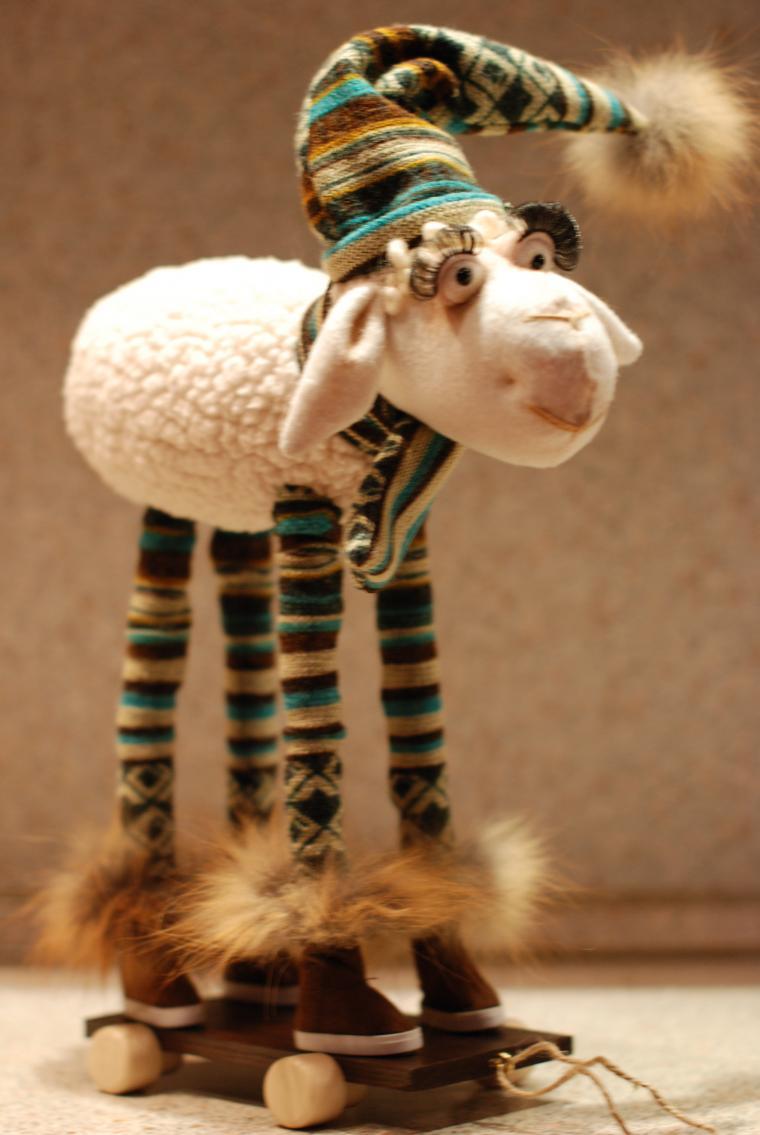 овечка, полосатая шапочка