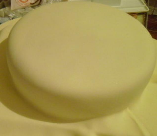 Торт с белыми цветами двухярусный