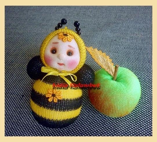 Погремушка пчёлка и погремушка яблочко.