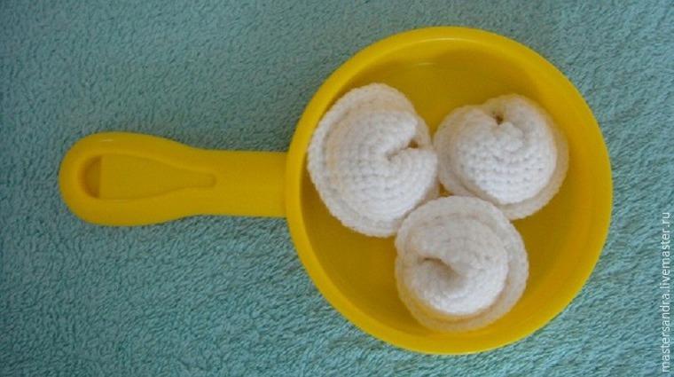мастерсандра, еда крючком, белый, игрушки для детей, описание вязания, вязаные пельмени, формат pdf