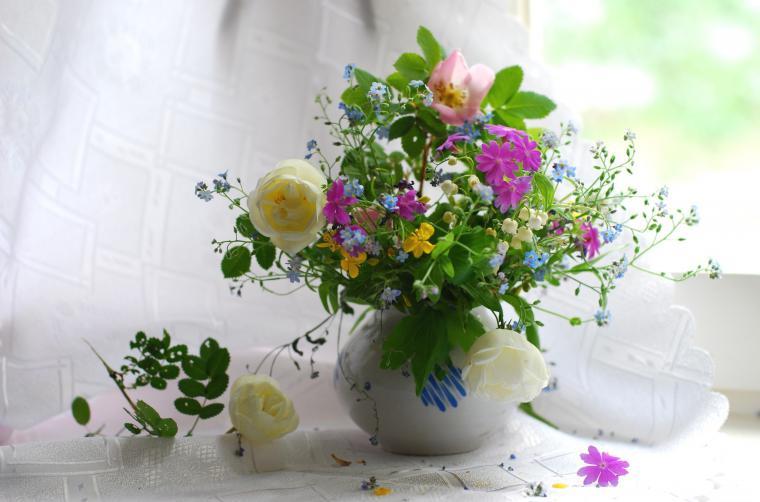 Обои композиция весенних цветов на рабочий стол
