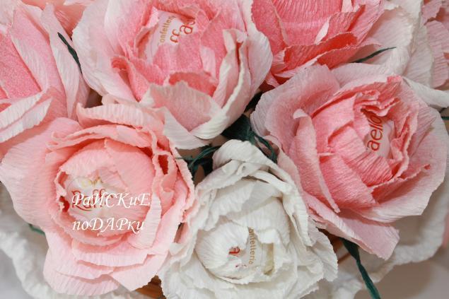 Розы с рафаэлло из гофрированной бумаги своими руками пошагово 36