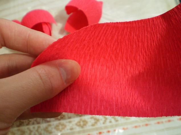 Бутоны розы из гофрированной бумаги и конфет мастер класс 124