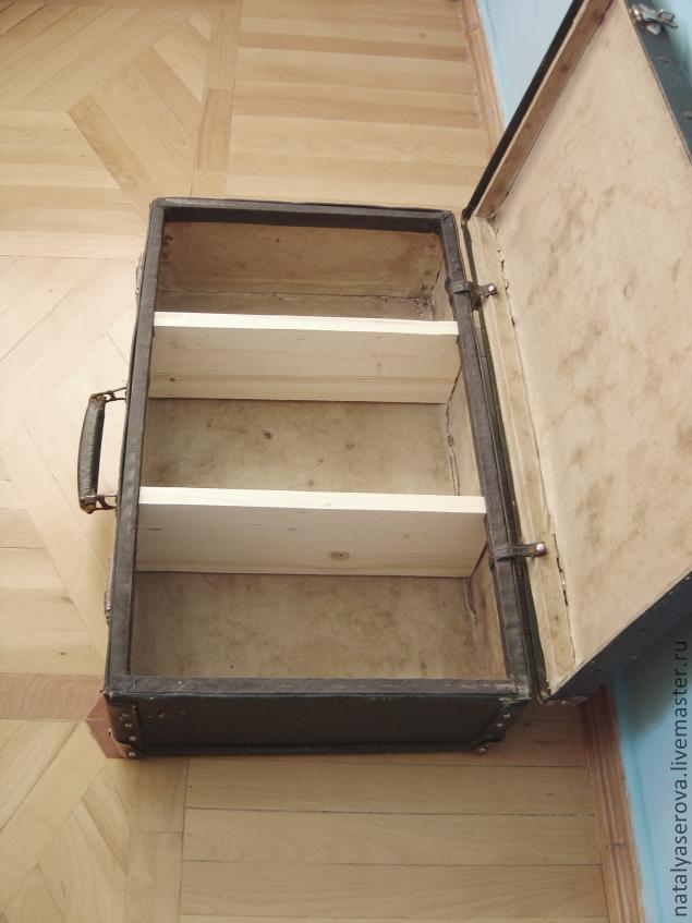 3. К задней стенке снаружи чемодана крепим две деревянные планки с закрепленными на них петлями для подвешивания к...