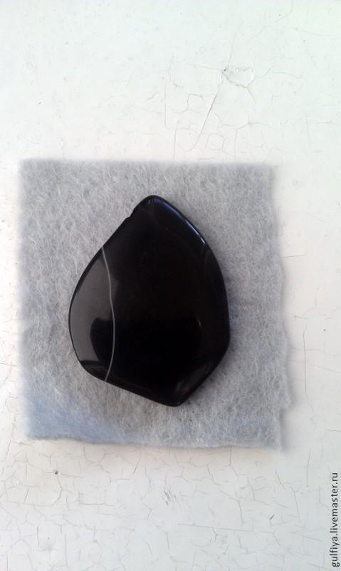 украшение с камнем