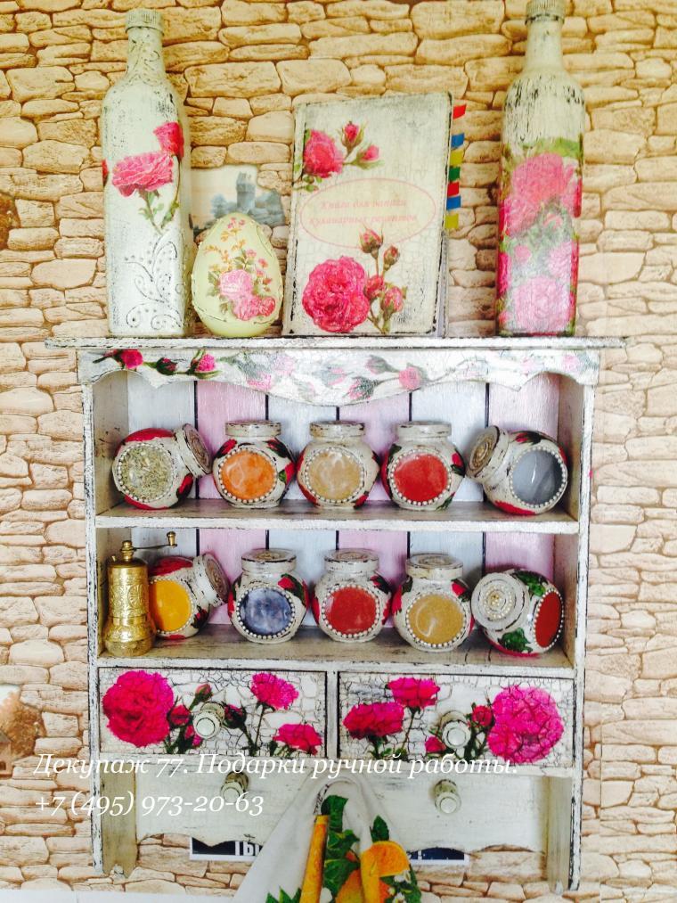 коллекция кухонной утвари, полки для специй, бутылки, деревенский стиль