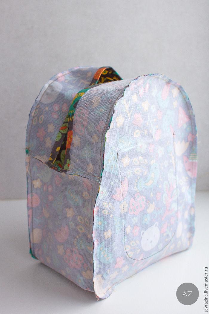 c74c37dfe580 Собираем внутреннюю часть рюкзака. Булавками сколите детали между собой,  совмещая метки середины сторон. На полукруглых участках сделайте небольшие  насечки.