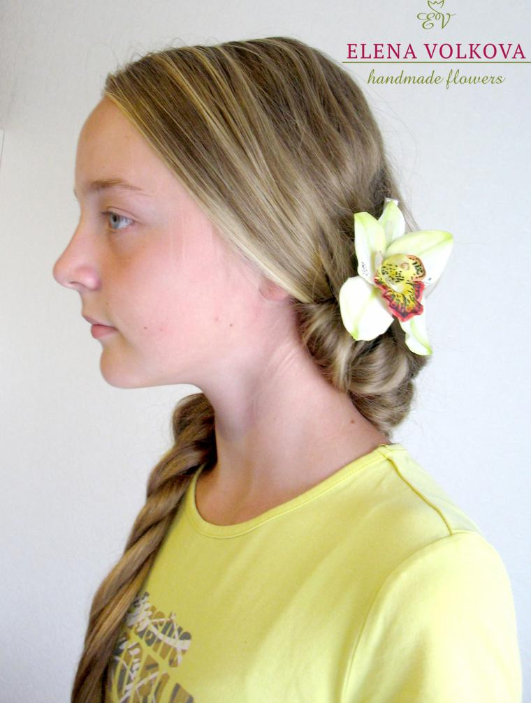 причёская с цветами