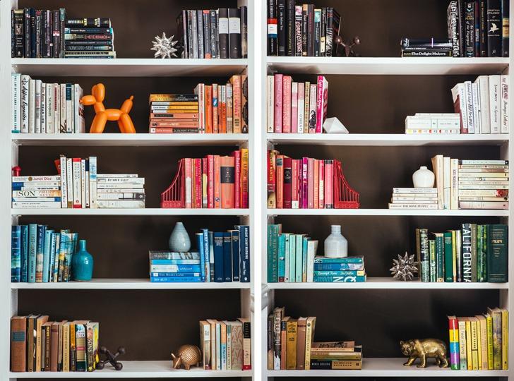 или как креативно расположить книги на полках фото страшны
