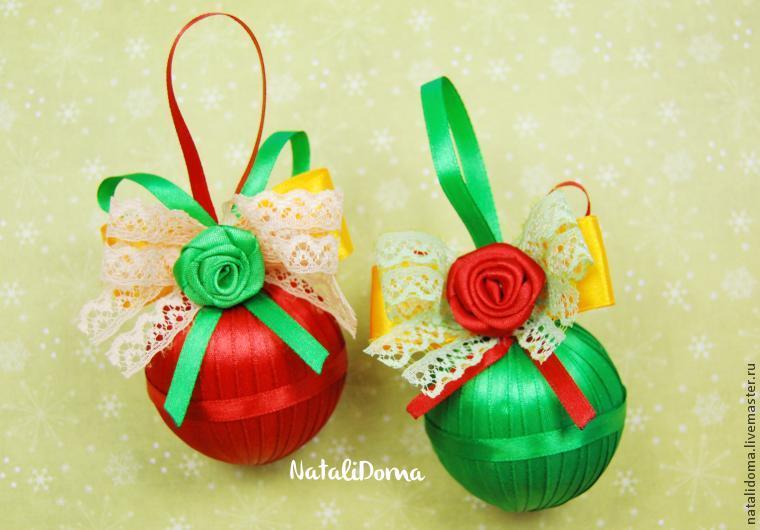 Новогодние шары украшенные атласными лентами