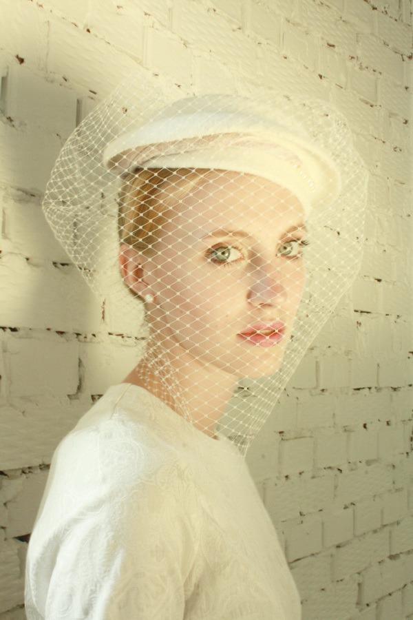 белое платье, свадебное платье, белая шляпка с вуалью, романтичный образ