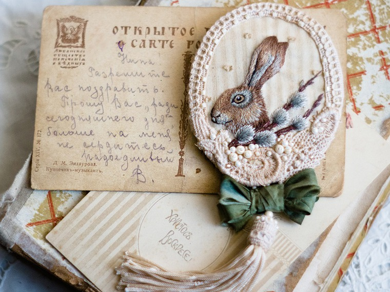 Вышитая брошка с пасхальным зайкой и веточкой вербы, фото № 24