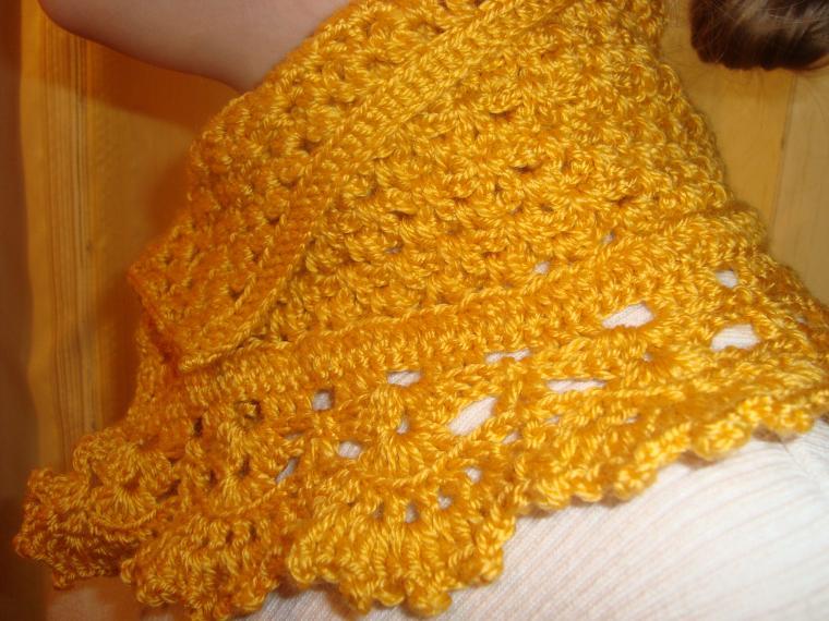 маленький шарф, шарф на пуговице, шарф с брошью, брошь на пальто, народное название