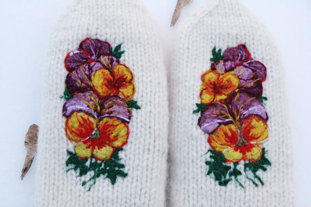 весенние цветы, белые варежки, весенняя коллекция, подарок для женщины