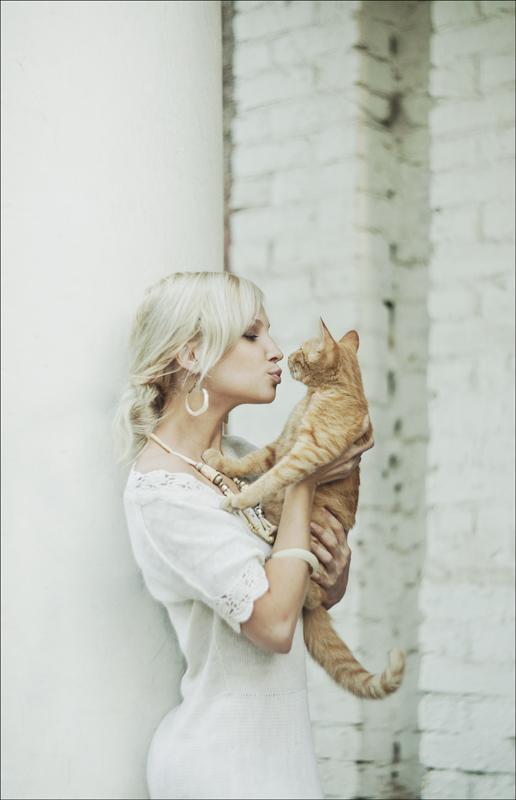 Голая блондинка с цветком в волосах   Эротика красивые ...