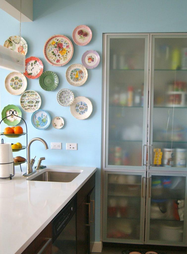 Глиняные тарелки в интерьере на шкафах фото