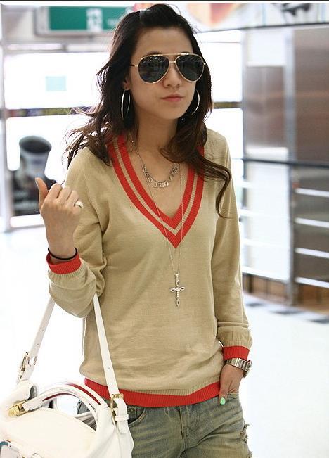 свитер модный, яркие аксессуары