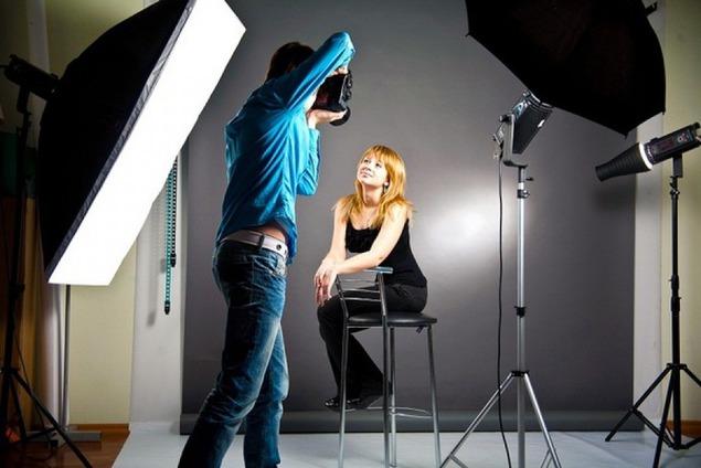 video-poziruyut-pered-fotografom
