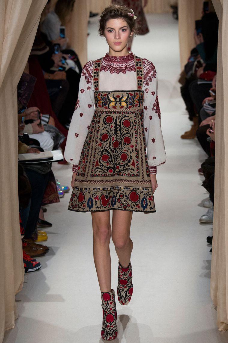 Модный сарафан с вышивкой фото
