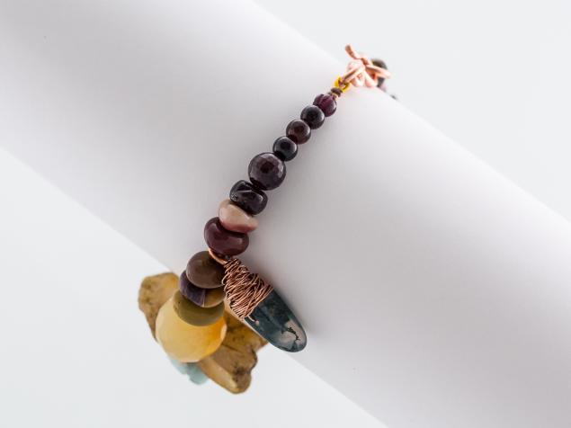 браслет с камнями