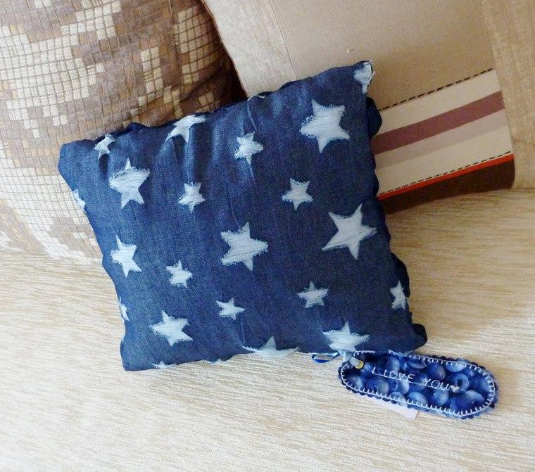 Декоративная подушка из джинсов