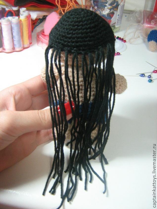 Как вязаной кукле сделать волосы из пряжи