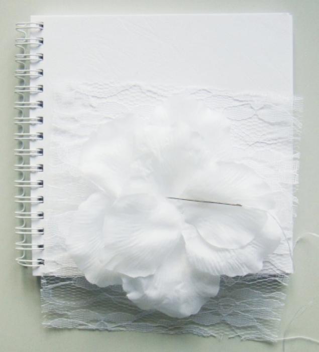 книга пожеланий, лепестки роз, белый, декор, кольца, декор с цветами