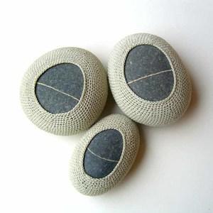 камни обвязанные