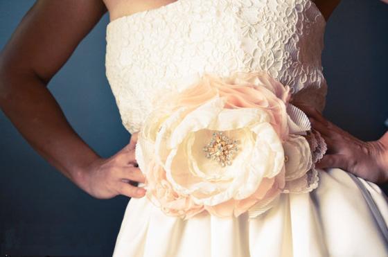 Как сделать цветок из ткани на платье своими руками видео