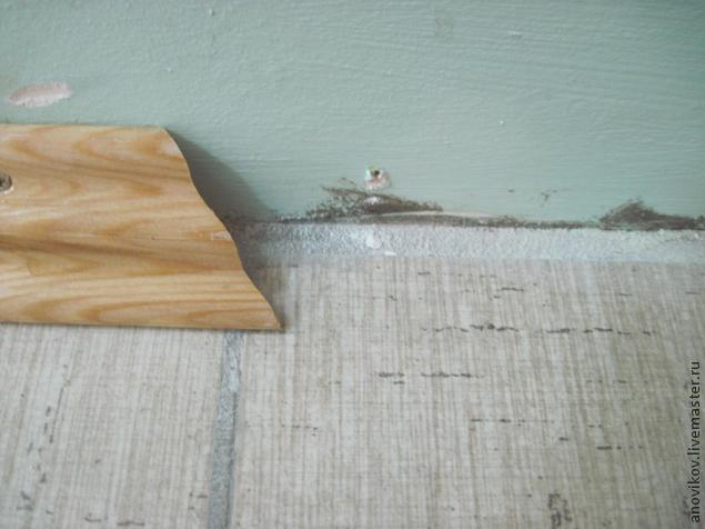 забить плинтус к бетону