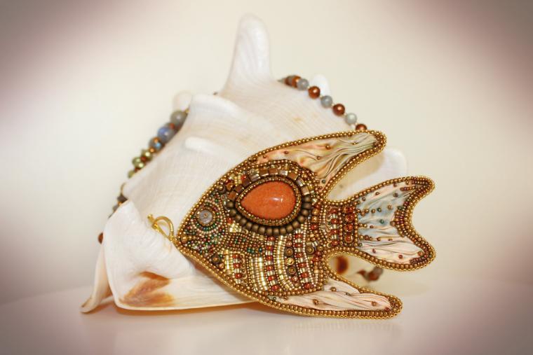 вышивка бисером, натуральные камни, рыбка, ожерелье